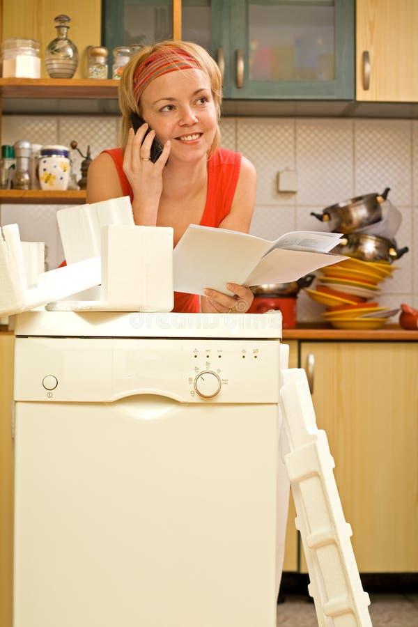Mujer que charla en la cocina fotografía de archivo libre de regalías