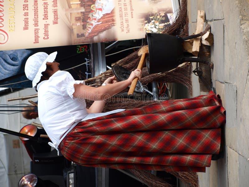 Mujer que cocina el alimento, Lublin, Polonia imagen de archivo libre de regalías