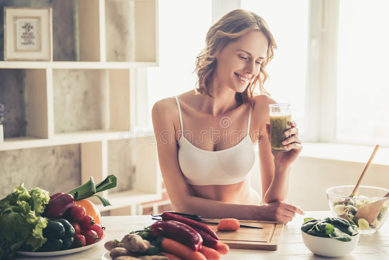 Mujer que cocina el alimento sano foto de archivo