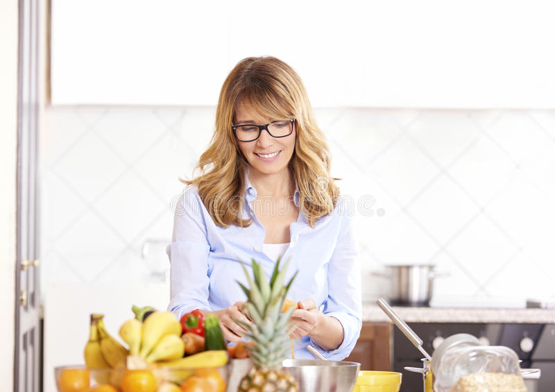Mujer que cocina en la cocina imágenes de archivo libres de regalías