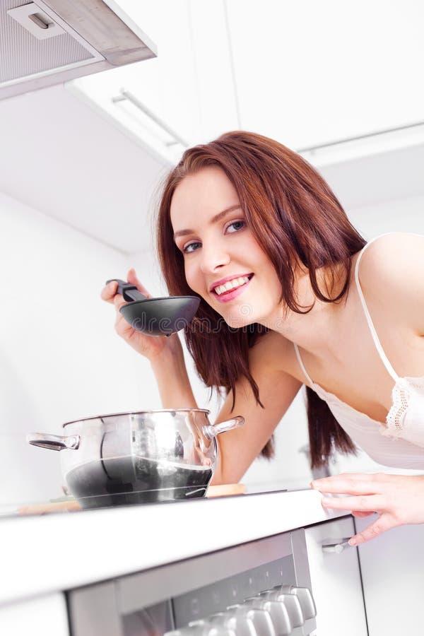 Mujer Que Cocina La Cena Foto de archivo