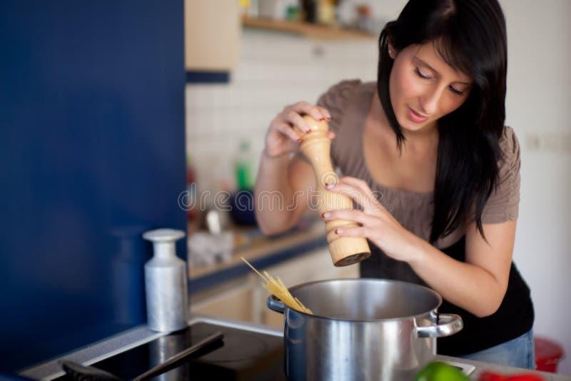 Mujer que cocina las pastas imagenes de archivo