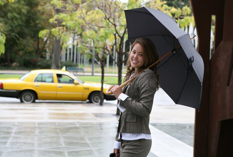 Mujer que coge un taxi imagenes de archivo