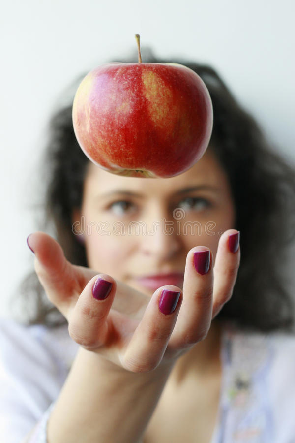 Mujer que coge una manzana imágenes de archivo libres de regalías