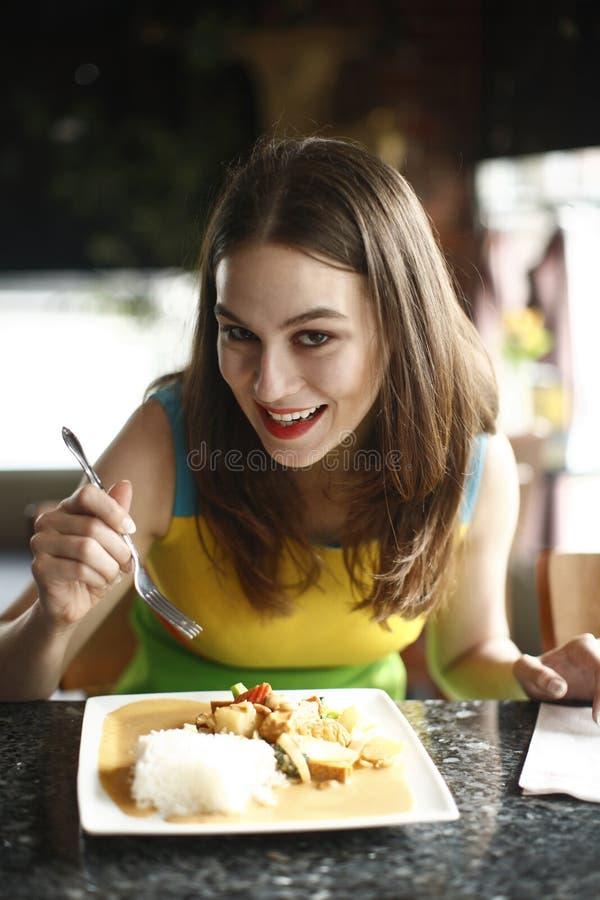 Mujer que come el alimento tailandés. foto de archivo