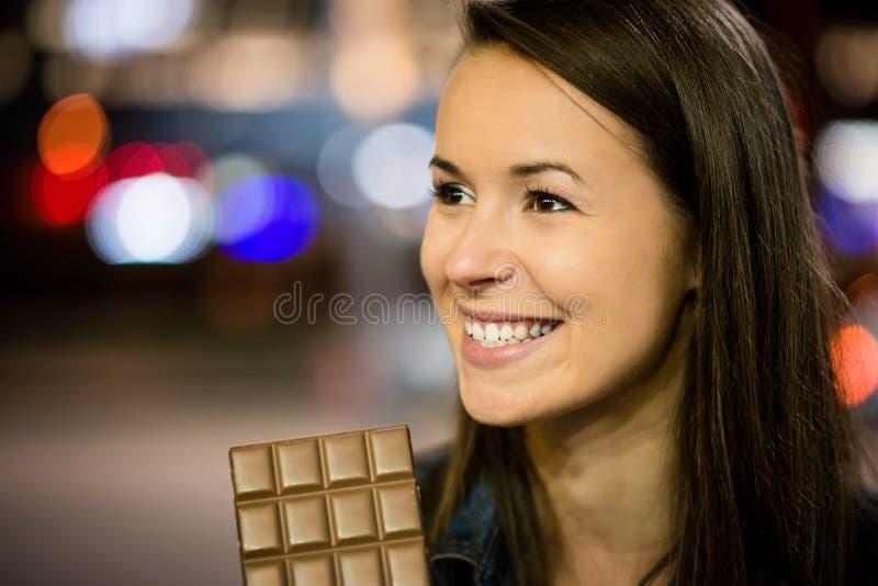 Mujer que come el chocolate imágenes de archivo libres de regalías