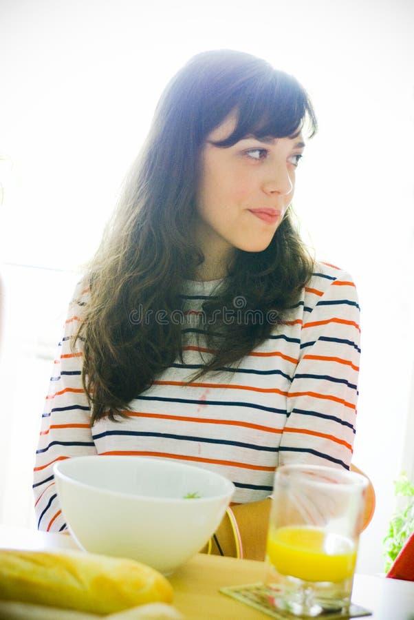 Mujer que come el desayuno sano fotografía de archivo