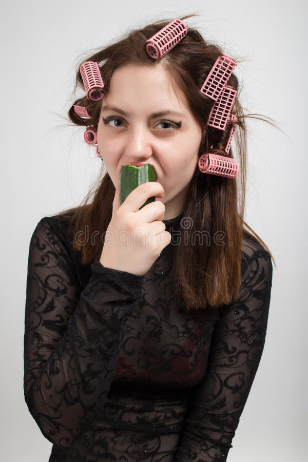 Mujer que come el pepino fotografía de archivo libre de regalías