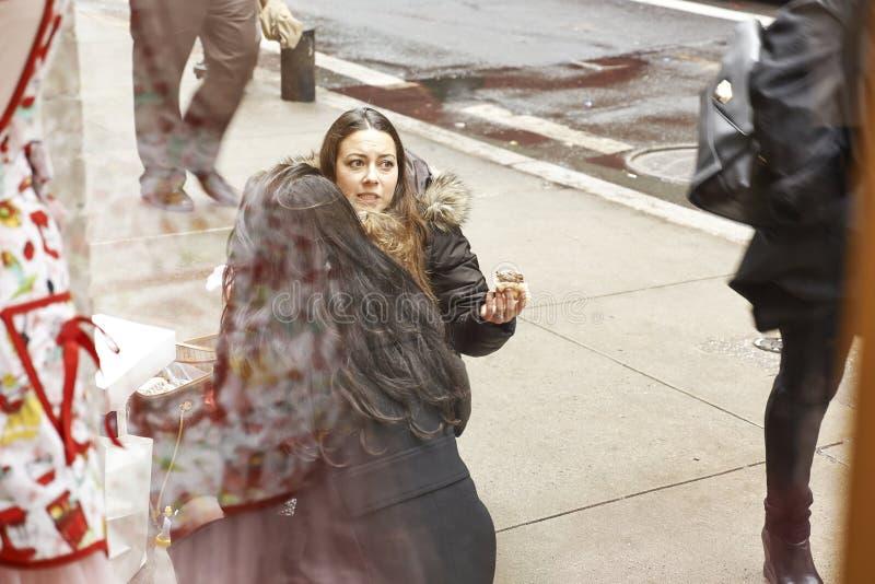 Mujer que come encendido imagen de archivo