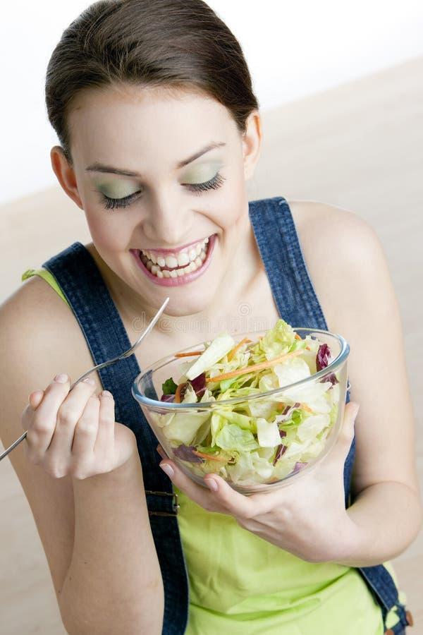 Mujer que come la ensalada fotografía de archivo libre de regalías