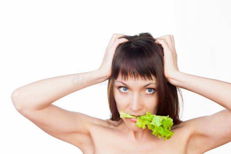 Mujer que come la ensalada imagen de archivo