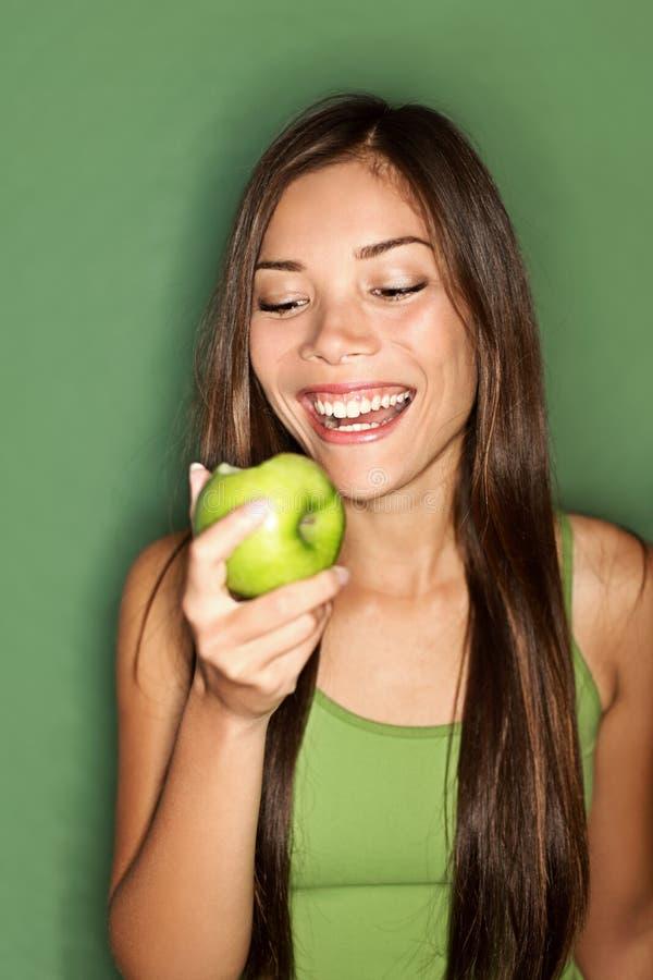 Mujer que come la manzana fotos de archivo libres de regalías