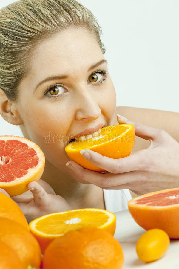 Mujer que come la naranja foto de archivo libre de regalías