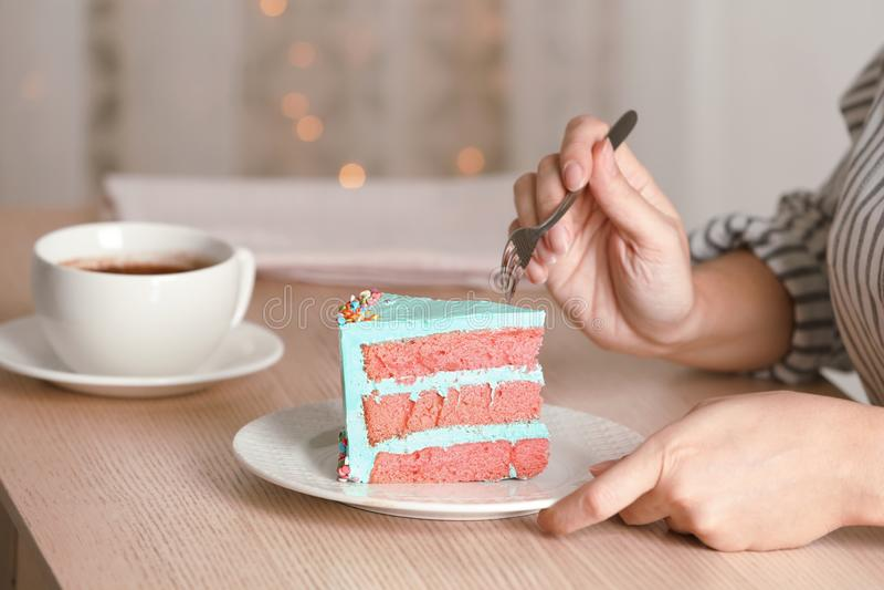 Mujer que come la torta de cumpleaños deliciosa fresca fotos de archivo libres de regalías