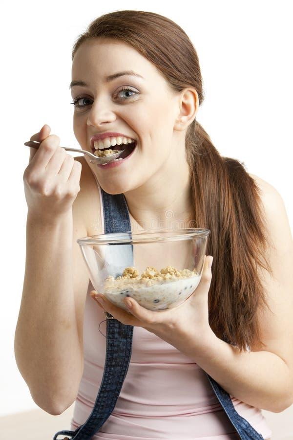 Mujer que come los cereales foto de archivo