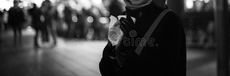 Mujer que come los dulces tradicionales en el mercado de la Navidad imagen de archivo