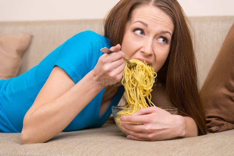 Mujer que come los tallarines. fotografía de archivo