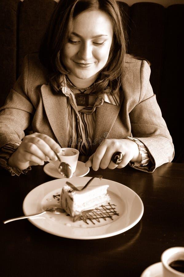 Mujer que come una torta fotografía de archivo libre de regalías
