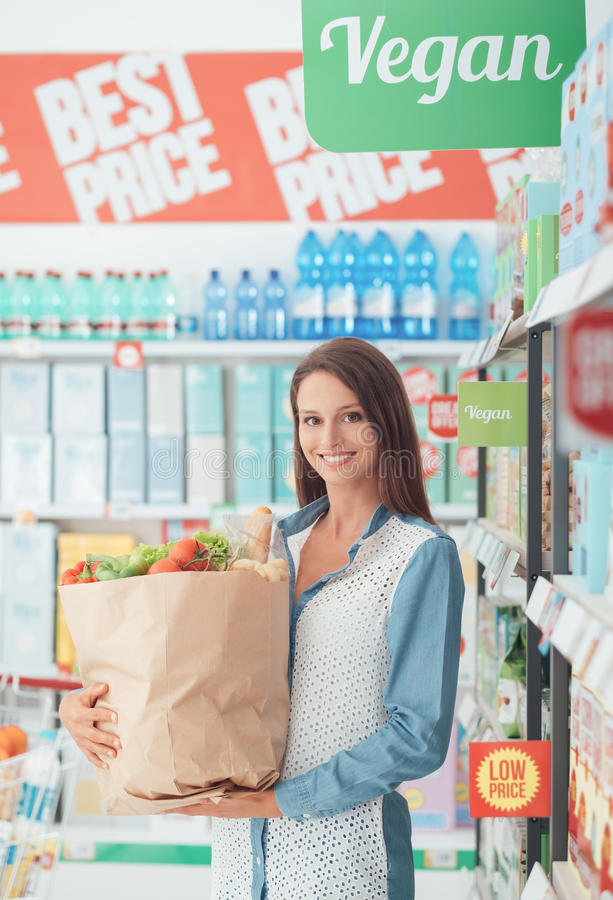 Mujer que compra alimento sano fotos de archivo libres de regalías