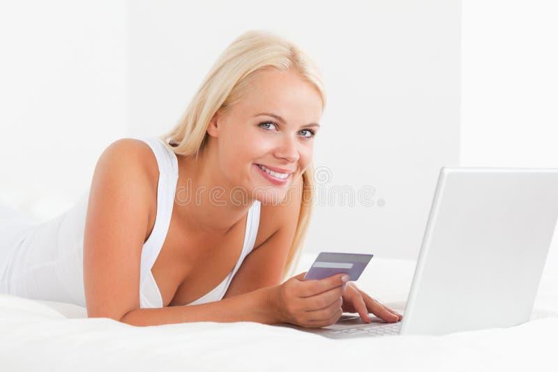 Mujer que compra en línea imagenes de archivo