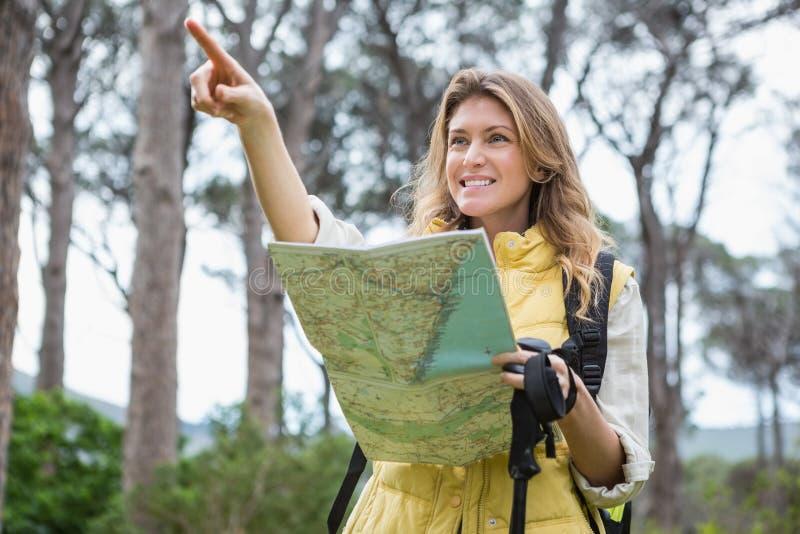 Mujer que comprueba el mapa imagenes de archivo