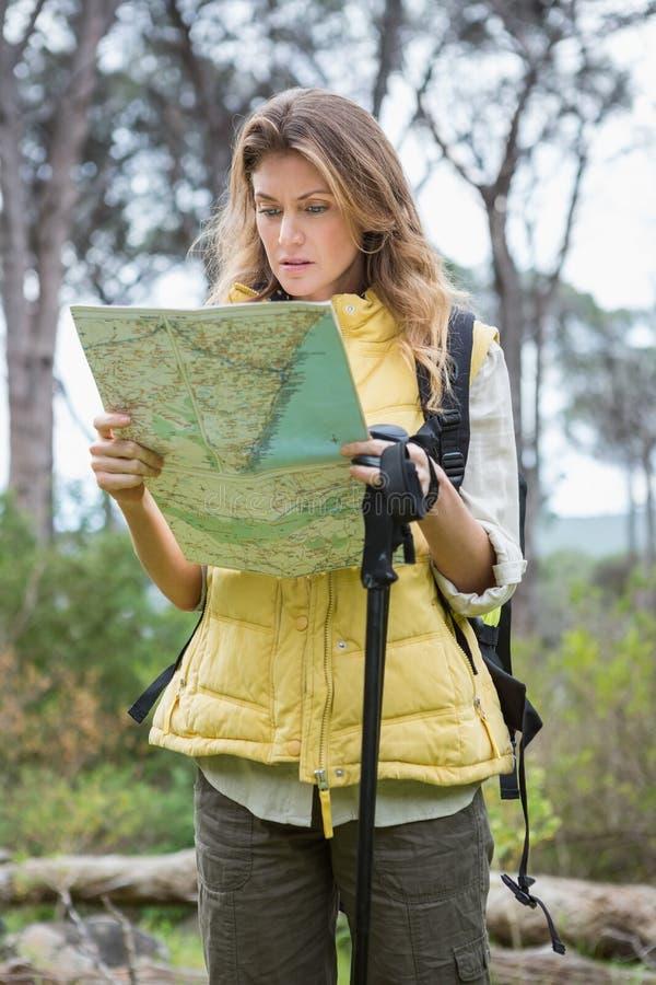 Mujer que comprueba el mapa fotos de archivo libres de regalías