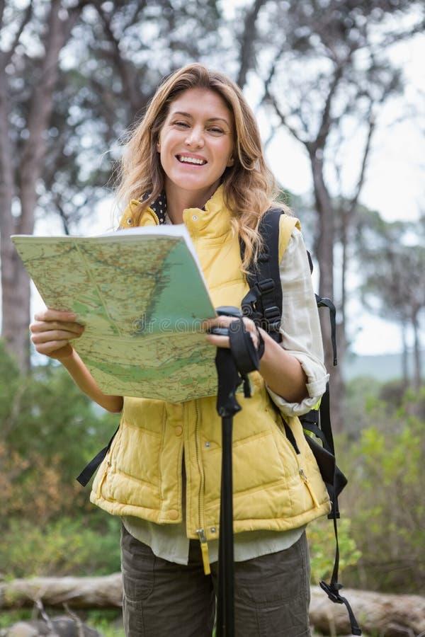Mujer que comprueba el mapa fotos de archivo
