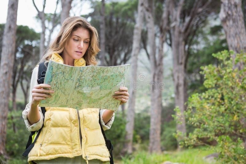Mujer que comprueba el mapa fotografía de archivo