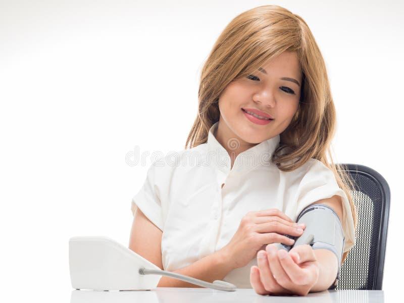 Mujer que comprueba la presión arterial imagen de archivo libre de regalías