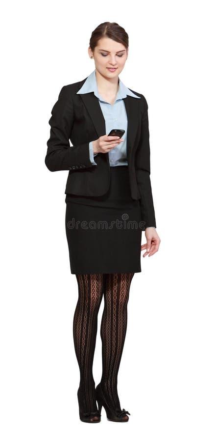 Mujer que comprueba su teléfono móvil imagen de archivo
