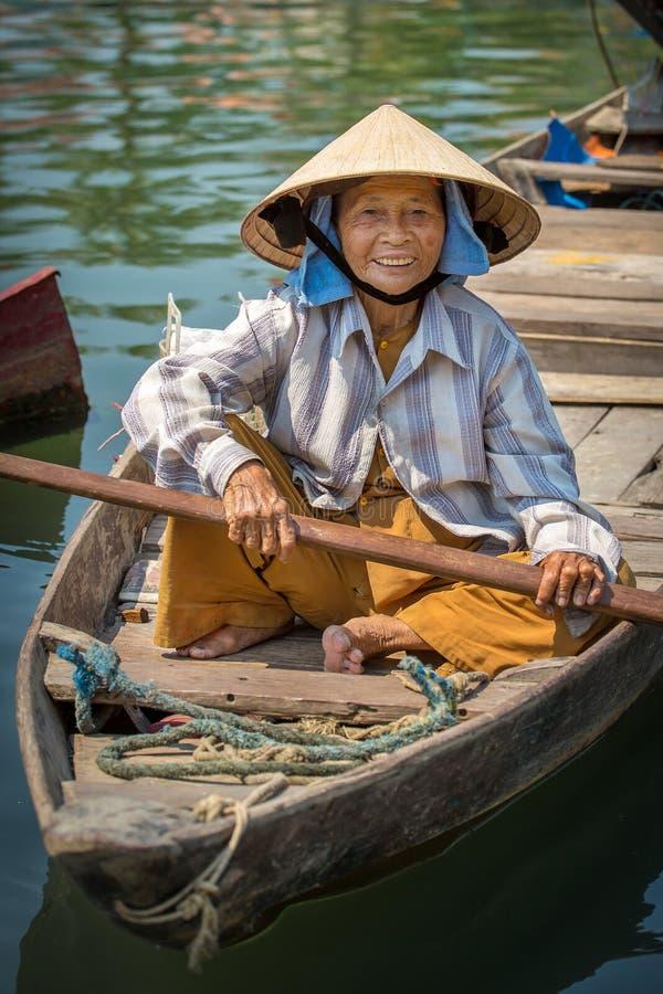 Mujer que conduce el barco de pesca en Hoi An, Vietnam foto de archivo libre de regalías