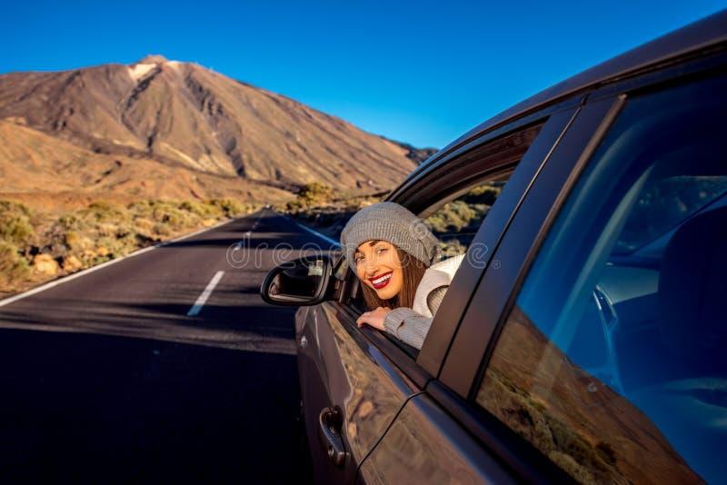 Mujer que conduce el camino de la montaña foto de archivo