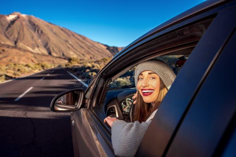 Mujer que conduce el camino de la montaña imagen de archivo libre de regalías