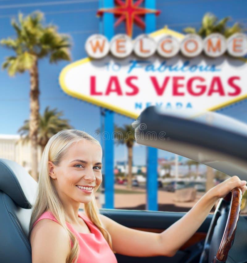 Mujer que conduce el coche convertible sobre la muestra de Las Vegas foto de archivo