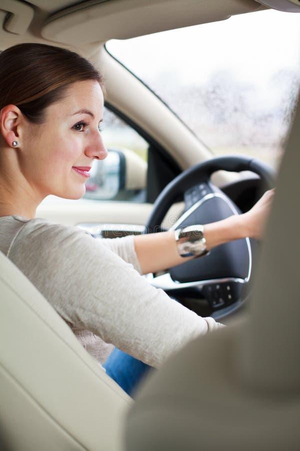 Mujer que conduce un coche imagen de archivo libre de regalías