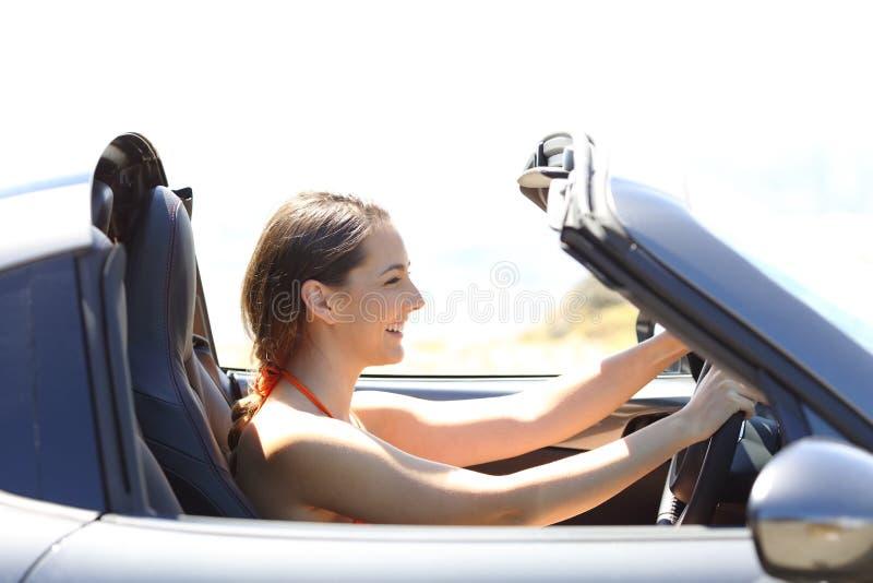 Mujer que conduce un coche convertible el vacaciones de verano foto de archivo libre de regalías
