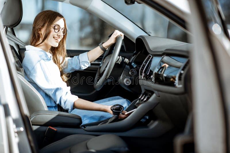 Mujer que conduce un coche foto de archivo libre de regalías