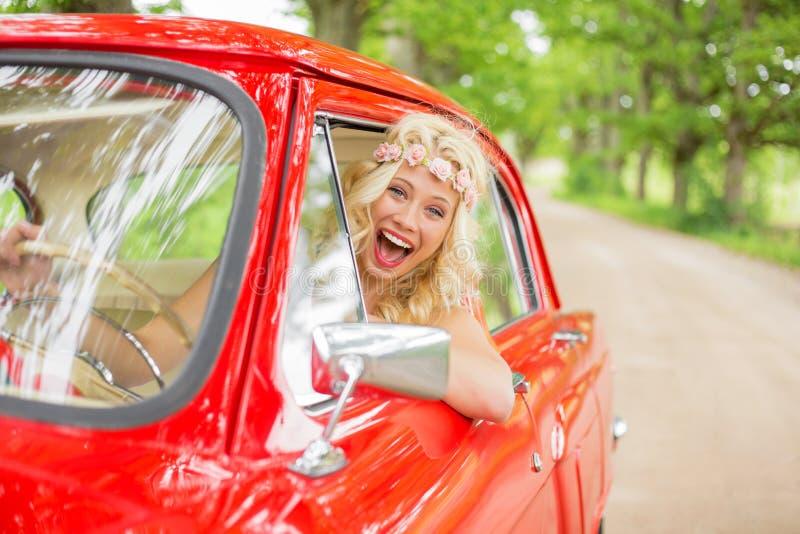 Mujer que conduce un coche retro imagenes de archivo