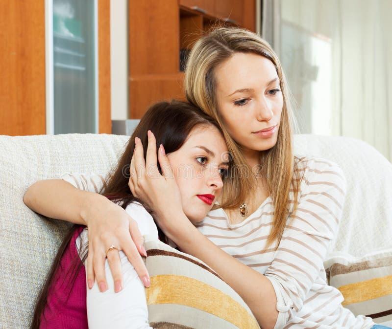 Mujer que conforta al amigo deprimido foto de archivo