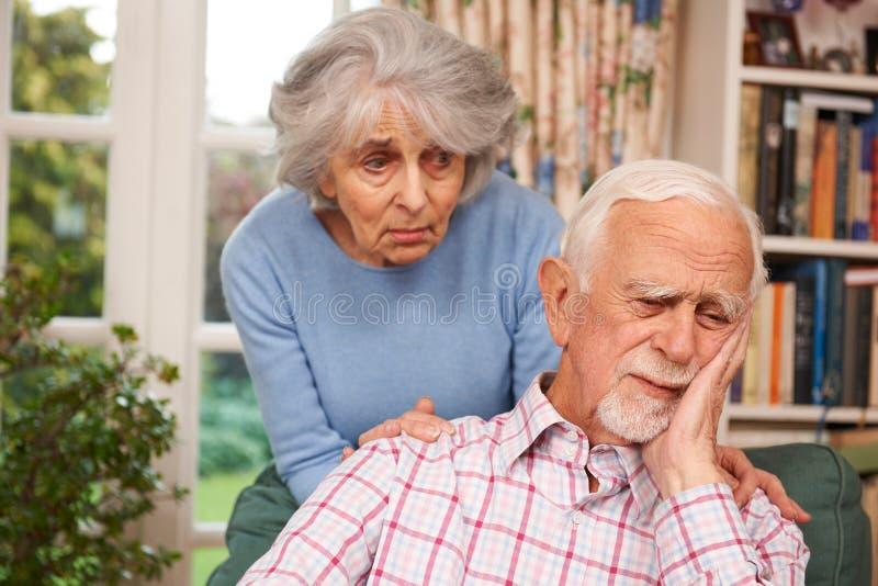 Mujer que conforta al hombre mayor con la depresión fotografía de archivo