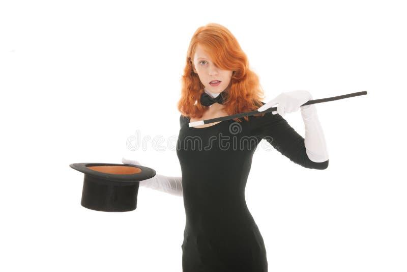 Mujer que conjura con el sombrero fotos de archivo