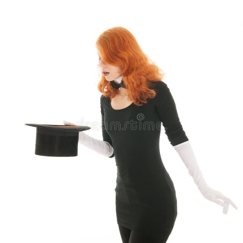 Mujer que conjura con el sombrero fotografía de archivo libre de regalías