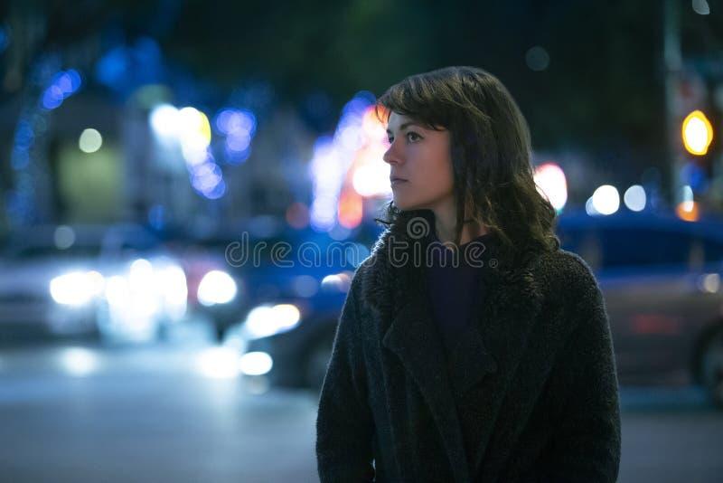 Mujer que considera caminar preocupante la noche imagenes de archivo