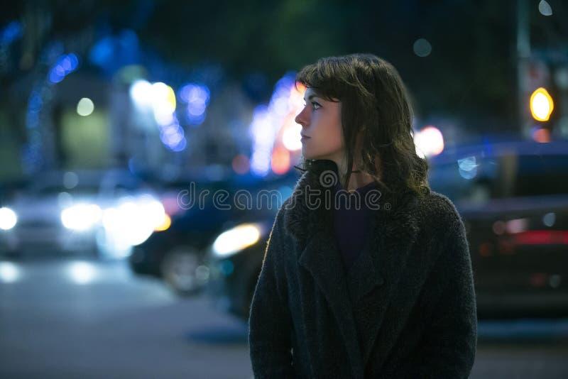 Mujer que considera caminar preocupante la noche imagen de archivo libre de regalías