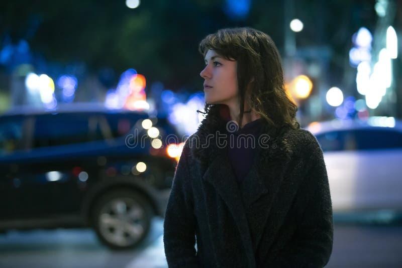 Mujer que considera caminar preocupante la noche fotos de archivo libres de regalías