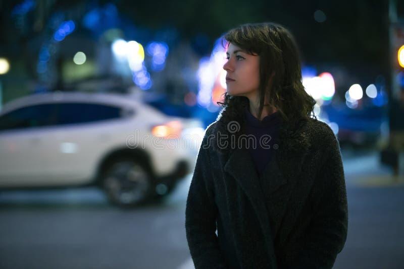 Mujer que considera caminar preocupante la noche imágenes de archivo libres de regalías