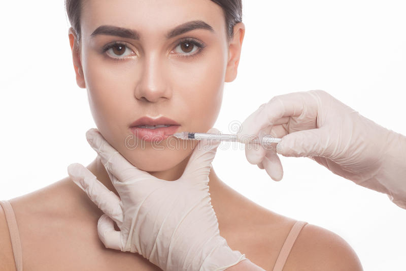 Mujer que consigue inyecciones del facial de la belleza fotografía de archivo