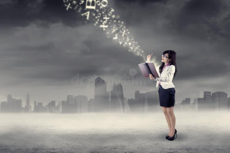 Mujer que consigue la inspiración brillante al aire libre foto de archivo