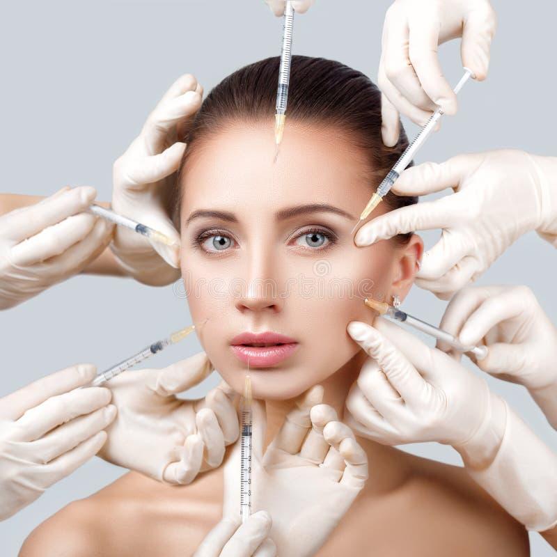 Mujer que consigue la inyección cosmética imagenes de archivo