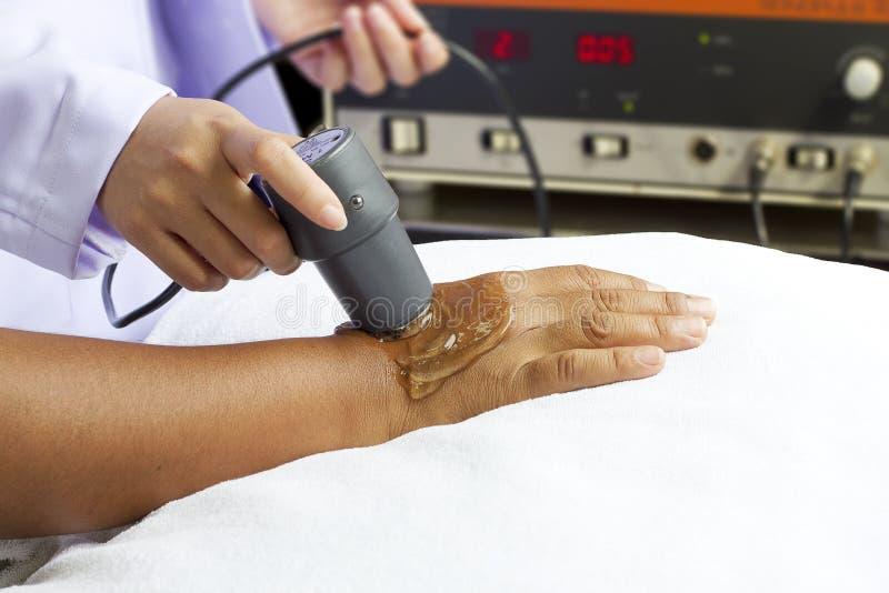 Mujer que consigue la terapia física, ultrasonido imagenes de archivo